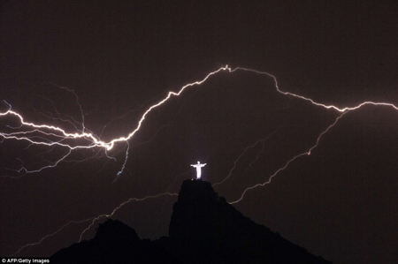 【趣闻】里约热内卢耶稣像被闪电击中