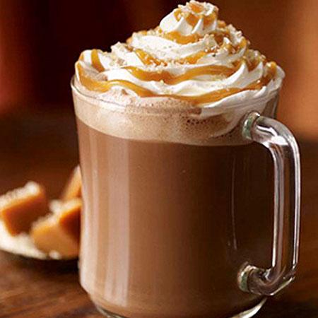 海盐焦糖摩卡   海盐焦糖摩卡由浓缩咖啡,热牛奶摩卡酱和太妃坚果