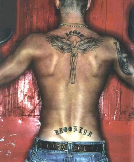 脖子后方,小贝纹了一个带翅膀的十字架图片